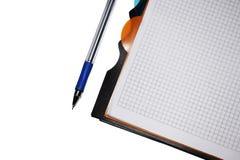 Cahier avec le crayon lecteur sur le fond blanc photographie stock libre de droits