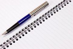 Cahier avec le stylo-plume Image libre de droits