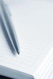 Cahier avec un crayon lecteur Photographie stock libre de droits