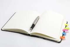 Cahier blanc avec le crayon lecteur argenté Photos libres de droits