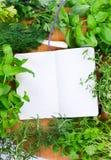 Cahier blanc pour des recettes avec des herbes Photo libre de droits