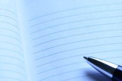 Cahier bleu frais avec le crayon lecteur Images libres de droits