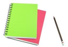 Cahier coloré et crayons d'isolement sur le blanc Photo stock