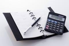Cahier, crayon lecteur et calculatrice image libre de droits