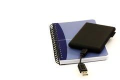 Cahier démodé et une unité de disque dur externe, Image stock