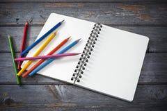 Cahier de croquis et crayons colorés Photos libres de droits