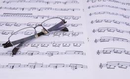Cahier de musique et verres Photos libres de droits