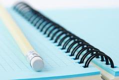 Cahier et crayon Photo stock