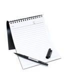 Cahier et crayon lecteur (chemin de découpage)   Photographie stock libre de droits