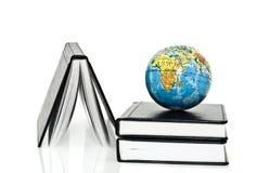 Cahier et globe Image stock