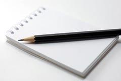 Cahier et un crayon noir Images libres de droits