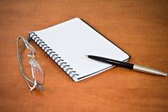 Cahier, glaces et crayon lecteur photos stock