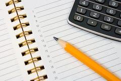 Cahier (organisateur), crayon et calculatrice Images stock