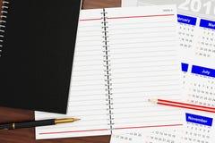 Cahier pour des notes sur la table illustration libre de droits