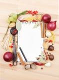 Cahier pour des recettes et des épices Photographie stock libre de droits