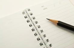 Cahier pour le rappel avec le cahier et le crayon de boucle Photo stock