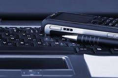 Cahier, téléphone, technologie d'affaires Photo libre de droits