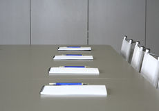 Cahiers blancs s'étendant sur une table grise pour le negotia Image stock