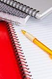 Cahiers et crayon lecteur de boucle Image stock