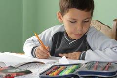 Cahiers et crayons lecteurs d'étudiant Image stock