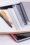 Cahiers et crayons lecteurs de boucle Photographie stock libre de droits
