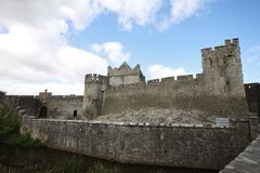 Cahir城堡和它的大墙壁在爱尔兰 免版税库存图片