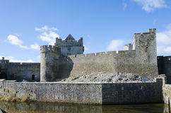 与护城河的Cahir城堡在蓝天下 库存照片
