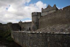 Cahir城堡和它的大墙壁在爱尔兰 库存照片