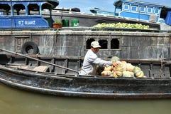 Cai的果子卖主敲响了浮动市场,湄公河三角洲, Viet 库存照片
