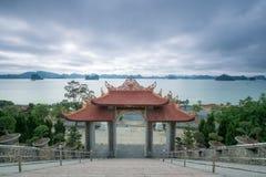 从Cai Bau塔- Truc潜逃寺庙的Bai Tu龙湾视图 库存照片