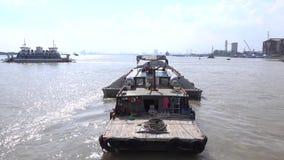 Cai Lai-Fähre über Hafen stock video