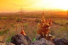 Cai quase para baixo o pagode em Pra Thart Hin Kew, Tak, Tailândia Imagem de Stock