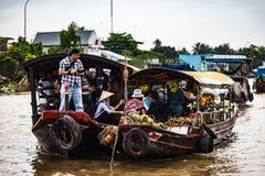 Cai By? sp?awowym rynkiem, Mekong delta, Wietnam obraz stock