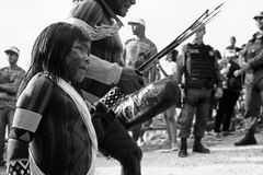 Caiapà ³ s ludzie przyjeżdża w Amazonian mieście obrazy royalty free