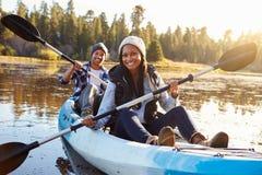 Caiaque afro-americano do enfileiramento dos pares no lago Fotos de Stock