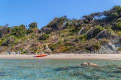 Caiaque alaranjado em uma praia da ilha de deserto fotos de stock royalty free