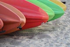Caiaque coloridos na praia imagens de stock royalty free