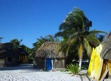 Caiaque e cabanas Fotografia de Stock Royalty Free