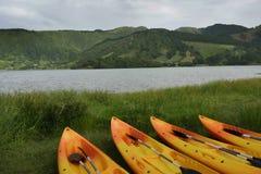 Caiaque e canoa no lago azul ou Lagoa Azul na ilha Portugal de Miguel Azores do Sao de Sete Cidades Imagens de Stock