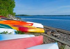 Caiaque e canoas na praia em Northport Maine imagem de stock