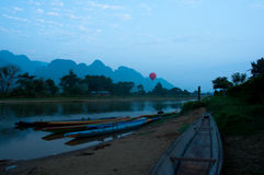 Caiaque em Nam Song River no nascer do sol em Vang Vieng Fotos de Stock Royalty Free