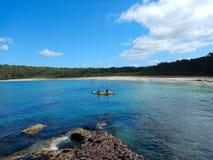 Caiaque na baía do oceano em Murrumarang Marine Reserve, Austrália fotos de stock royalty free