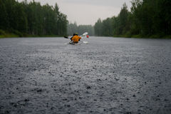 Caiaque na chuva Imagem de Stock