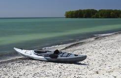 Caiaque na linha costeira Fotografia de Stock Royalty Free