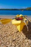 Caiaque na luz do sol na praia foto de stock royalty free