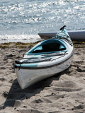 Caiaque na praia imagem de stock royalty free