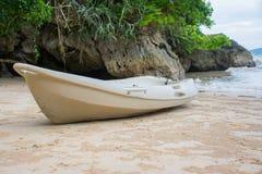 Caiaque na praia com montanhas Imagens de Stock Royalty Free