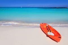Caiaque na turquesa do mar do Cararibe da areia da praia Fotografia de Stock Royalty Free