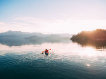 Caiaque no lago Turistas que kayaking na baía de Kotor, perto imagens de stock
