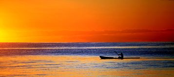 Caiaque no oceano no por do sol Imagens de Stock